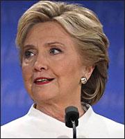 Υποβασταζόμενη η Χίλαρι Κλίντον λίγες ώρες πριν ανοίξουν οι κάλπες!