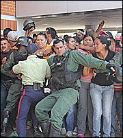 Στρατός φυλάει τα άδεια ράφια των σούπερ μάρκετ στη Βενεζουέλα – Τεράστιες ελλείψεις