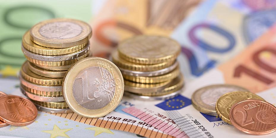 Ανοδικά το ευρώ με το βλέμμα στην Κομισιόν