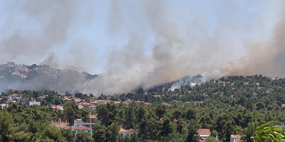 Σε ύφεση η πυρκαγιά στη Σταμάτα, επιφυλακή για αναζωπυρώσεις