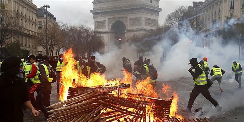 Κίτρινος συναγερμός στη Γαλλία: 89.000 αστυνομικοί και τεθωρακισμένα