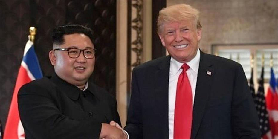 Ιστορική χειραψία Τραμπ και Κιμ Γιονγκ Ουν